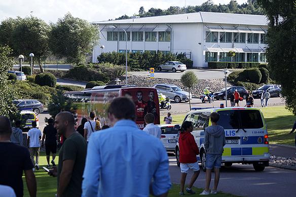 Bussen med Zlatan och Manchester United lämnar hotellet med poliseskort. Foto: Peter Ahlborg