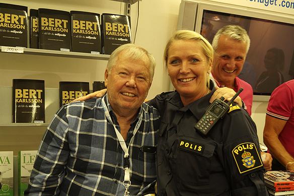 """Många människor passade på att träffa Bert Karlsson och köpa hans senaste bok """"Bert Karlsson – så blir du miljonär. Här syns en glad polis som köpte Berts bok. Foto: Peter Ahlborg"""