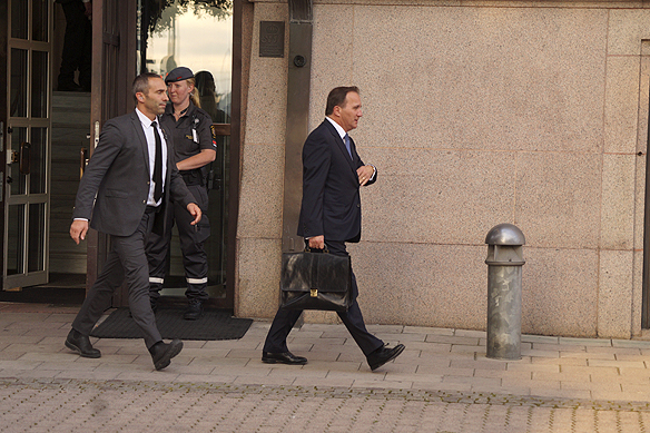 Statsminister Stefan Löfven lämnar Rosenbad med bestämda steg. Foto: Peter Ahlborg