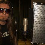 Peter Ahlborg spelar in i studion