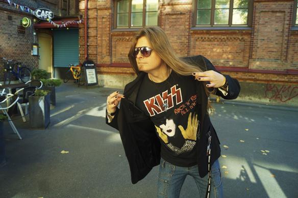 Rock n roll. Peter Ahlborg visar att han älskar rockgruppen Kiss under fotosessionen till Faktumkalandern 2017. Foto: Anna-Lisa Gustavii