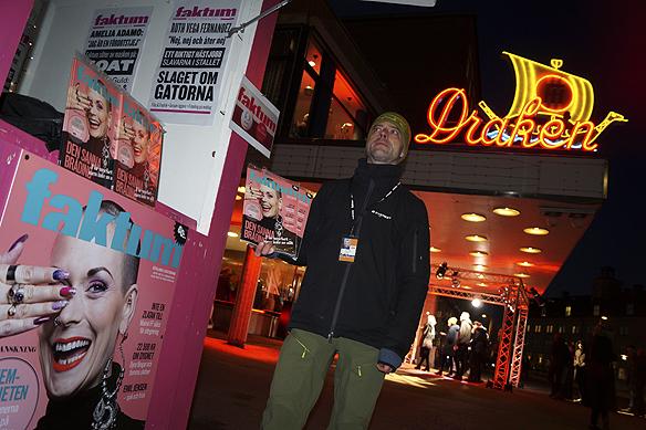 Faktumförsäljaren Csaba säljer tidningen Faktum utanför biografen Draken under premiären för Göteborg Film Festival som genomför sin fyrtionde upplaga. Tidningen Faktum kommer du kunna köpa bland annat utanför Draken under Göteborg Film Festival.Foto: Peter Ahlborg