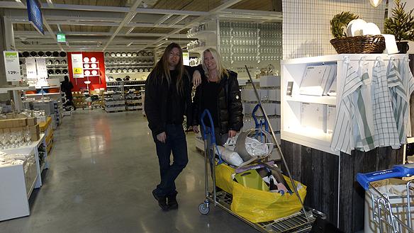 Carina Ekman och Peter Ahlborg besöker IKEA Uddevalla i november 2014 och handlar det som fattas till Peters lägenhet.