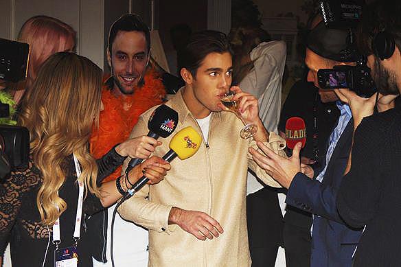 Benjamin Ingrosso gick vidare från den andra deltävlingen i Malmö, och på efterfesten bevakades han av massmedia. Här gör han intervjuer med Aftonbladet, Expressen och Hänts TV-reportrar. Foto: Peter Ahlborg