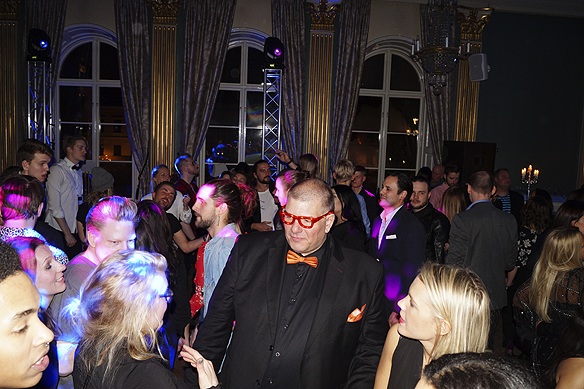 Fotografen Christer Hansson dansar på med sina magiska blinkande glasögon på efterfesten till Melodifestivalen i Växjö. Foto: Peter Ahlborg