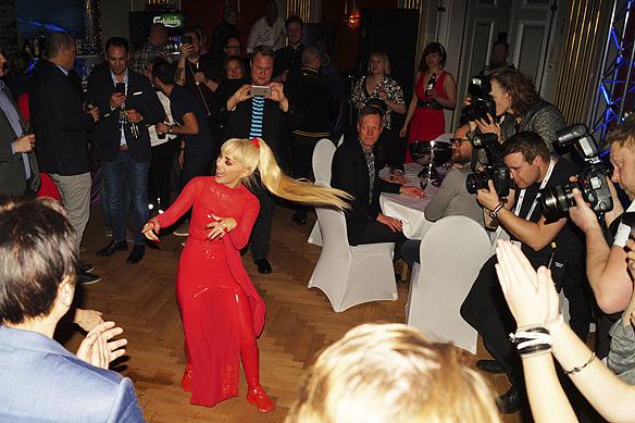 Jasmin Kara drar av en energisk dans. Hon var inte tom på energi trots att hon inte gick vidare i Melodifestivalen. Foto: Peter Ahlborg