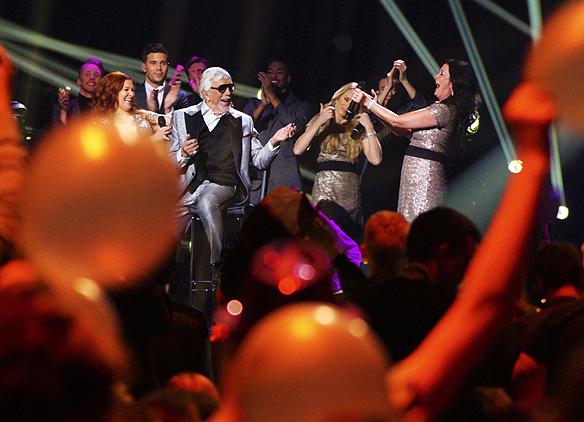 """Owe Thörnqvist framför sitt bidrag """"Boogieman Blues"""" en gång till efter att han gått till final i Melodifestivalen från tredje deltävlingen i Växjö. I bakgrunden syns även andra finalisten Robin Bengtsson. Foto: Peter Ahlborg"""