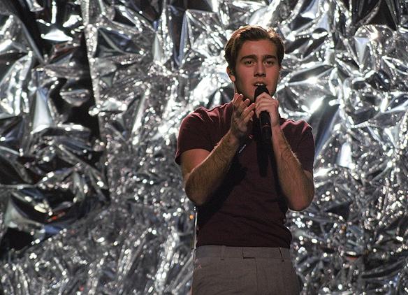"""Benjamin Ingrosso sjunger sin egenkomponerade soulinspirerade låt """"Good Lovin"""" i andra deltävlingen från Melodifestivalen i Malmö. Foto: Peter Ahlborg"""
