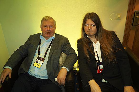 Peter Ahlborg får en pratstund med Bert Karlsson på efterfesten till Melodifestivalen i Göteborg 2017. Bert Karlsson var nöjd, han hade strax innan fått en god semla att smaska på.