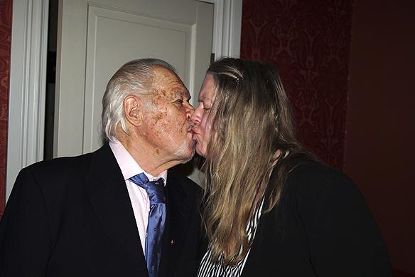 Ingrid Karlsson kysser Tony Lönnqvist på hans 80-års dag. Foto: Peter Ahlborg