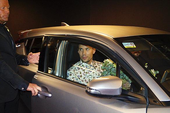 Efter att Robin Bengtsson vunnit Melodifestivalen 2017 anländer han med bil till efterfesten. Foto: Peter Ahlborg