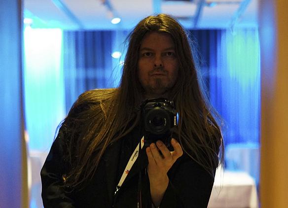 Peter Ahlborg tar en bild på sig i spegeln. Foto: Peter Ahlborg