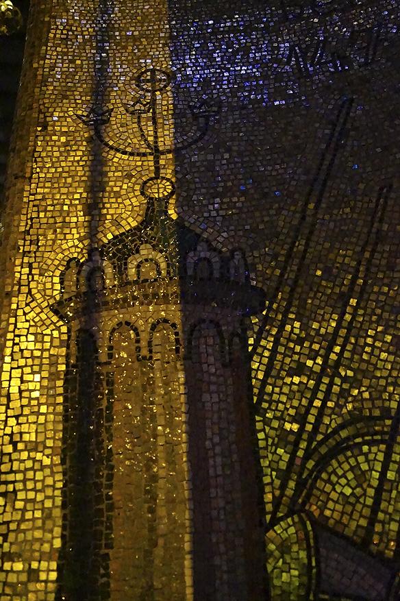 Gyllene Hallens motiv på väggarna består av 18.6 miljoner små mosaikbitar av färgat glas och guld. Foto: Peter Ahlborg