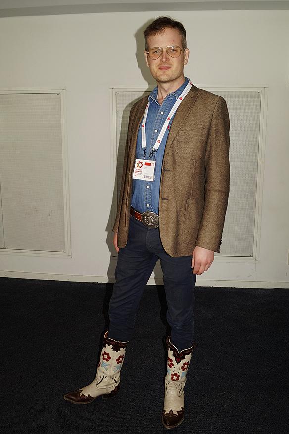 Jonas Nilsson ombud för Socialdemokraterna i Jönköpings län visar stolt upp sina äkta cowboyboots från Texas, som han hade på sig under Socialdemokraternas partikongress sista dag i Göteborg den 12 april 2017. Foto: Peter Ahlborg