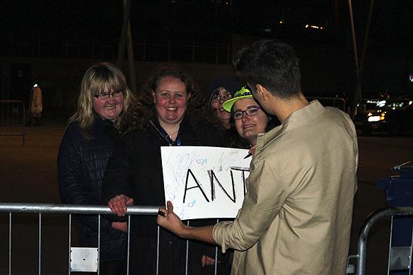 Anton Hagman skriver autograf till några beundrare som träffar på honom utanför efterfesten när Hagman ska ta lite luft. Foto: Peter Ahlborg