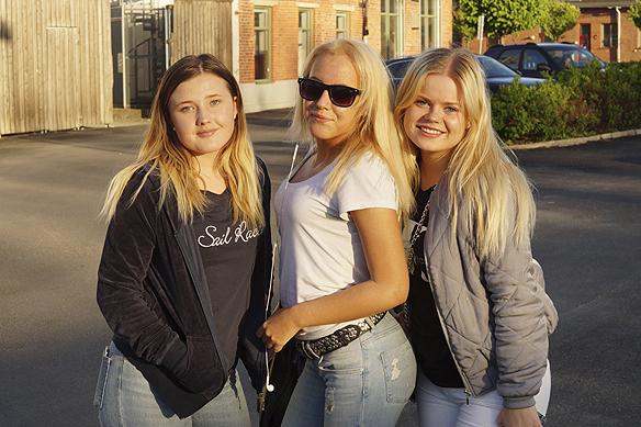 Tre förväntansfulla tonårstjejer väntar tålmodigt på sina idoler Samir & Viktor. Foto: Peter Ahlborg