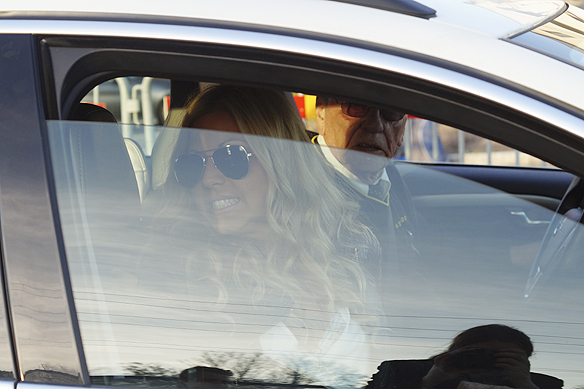 Sigrid Bernson, upptäcker inne i taxin, där Samir & Viktor sitter bak, att det är en fotograf som tar bilder genom fönsterrutan. Vad gör man då? Joo, man ber taxichauffören veva ner rutan så fotografen får bättre bilder. Foto: Peter Ahlborg
