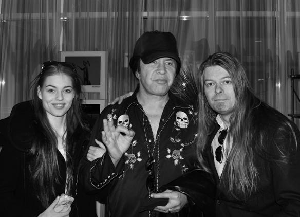 Peter Ahlborg och hans dotter Josefine träffar Kiss medlemmen Gene Simmons på Gothia Towers den 12 maj 2017 i Göteborg. Under mötet erbjuder Gene Simmons Josefine armkrok under tillfället de träffas och tar lite bilder tillsammans. Foto: Alexander