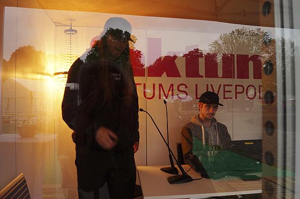 Peter Ahlborg inspekterar Faktums livepodd här tillsammans med Pontus Bogren. Foto: Olivia Ginman.