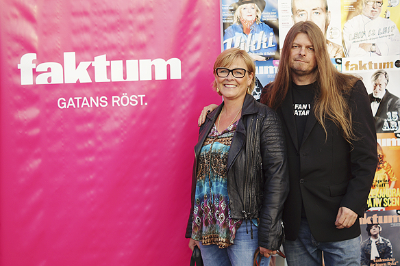"""Två stolta poddare, Sarah Britz och Peter Ahlborg efter sändningen i Faktum livepood. De blev av med """"poddoskulden"""" efter de gjort sin debut i poddvärlden när de medverkade i Faktums livepodd den 8 juni 2017. Foto: Charlie Källberg"""