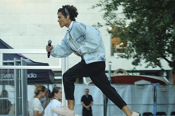 Omar Rudberg springer in på scenen och tar sats så han flyger in på scenen i Borås under supertorsdagarna. Foto: Peter Ahlborg