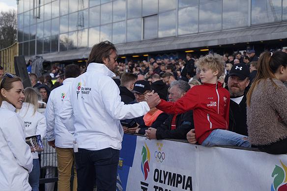 Ishockeylegenden Peter Forsberg var med under Olympiatravet 2017 och delade ut priser. Här hälsar han på en ung kille från publiken. Foto: Peter Ahlborg