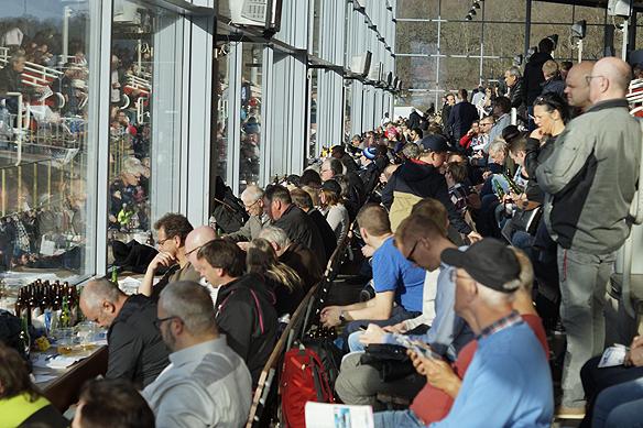 Ibland under stora travtävlingar är det proppfullt med travintresserade människor på stora läktaren på Åby travbana i Mölndal. Foto: Peter Ahlborg