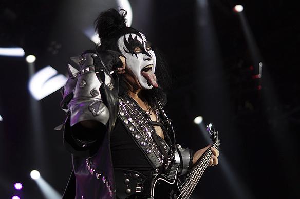 """Gene Simmons i Kiss är i mina ögon den häftigaste och mest spektakulära människan som någonsin har stått på en scen"""", säger Peter Ahlborg om som sin idol och förebild. Gene Simmons med sin långa tunga och smink och specialgjorda kläder i Kiss gör allt för att få uppmärksamhet på scenen. Foto: Peter Ahlborg"""