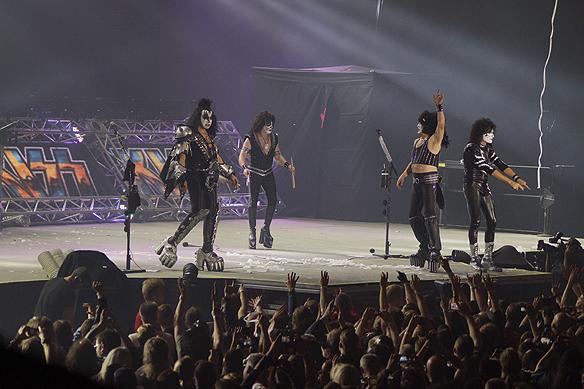 Gene Simmons och Kiss tar emot jublet från sina fans efter ytterligare en genomförd konsert. Sammanlagt har Kiss och Gene Simmons gjort runt 2 700 konserter över hela världen. Kiss är ett gigantiskt stort företag inom musikbranschen. Kiss som företag är värderat till 1 miljard dollar. Foto: Peter Ahlborg