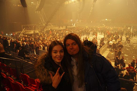 En stolt far Peter Ahlborg tillsammans med sin dotter Josefine, hon ser sin första Kiss konsert, vilket är en stor händelse i livet. Här en bild efter Kiss-konserten i Scandinavium 10 maj 2017. Kiss har dragit av ett gigantiskt fyrverkeri i slutet av konserten så hela lokalen ligger tjockt insvept av tung krutrök. Foto: Alexander
