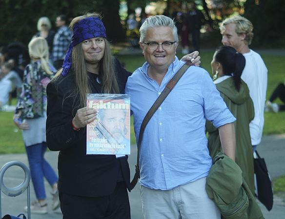 Gatutidningen Faktum medverkar med eget tält, tidningsförsäljning och en egen podd på musikfestivalen Way Out West. Här säljer Peter Ahlborg en tidningen till musikjournalisten Jan Gradvall. Foto Privat