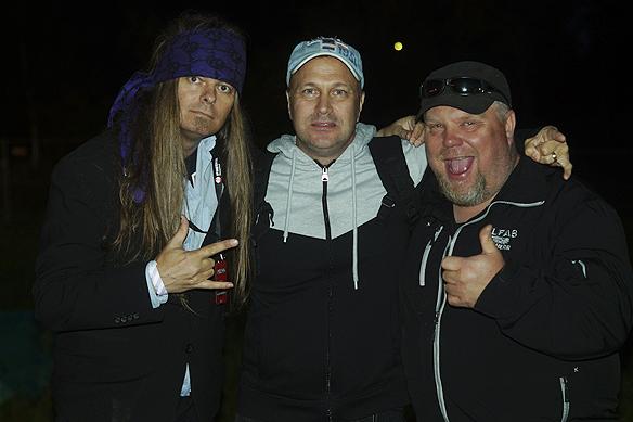 """Peter Ahlborg träffar sin barndomsvän Johan """"Tuttis"""" Karlsson, i mitten. Foto: Hasse Sukis"""