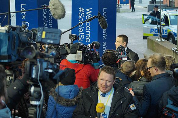 Det var stort massmedialt intresse för att bevaka EU-toppmötet i Göteborg den 17 november 2017. I förgrunden syns Expressens politiska reporter Niklas Svensson och i bakgrunden intervjuas Estlands president Juri Ratas av det stora pressuppbådet. Foto: Peter Ahlborg