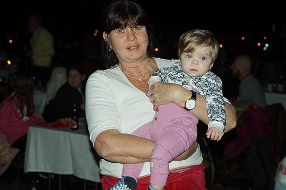 Faktum försäljare Marie Hansson med barn barn är helnöjd med julbordet på Clarion Post. - Det är helt fantastiskt att få uppleva det här, det är väldigt vackert och väldigt fint gjort, säger Marie Hansson som har sålt tidningen Faktum i 12 år. Foto: Peter Ahlborg