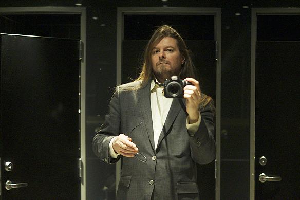 Peter Ahlborg blev djupt imponerad av de skickliga musikerna i bandet Legends of rock som framförde en hel uppsjö av hits med Michael Jackson. - Det var världsklass på framförandet, konstaterar han. Här en bild på Peter Ahlborg i spegeln på toaletten på Clarion Post. Foto: Peter Ahlborg