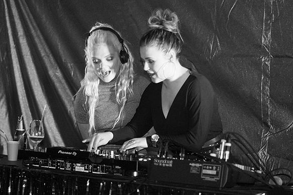 """När artisten Margaret intar DJ båset under mellos efterfesten på Elite Park Avenue Hotel i Göteborg – och framför Mickael Jacksons oförglömliga klassiska låt """"Beat It"""" - är det full fart på dansgolvet. Foto: Peter Ahlborg"""