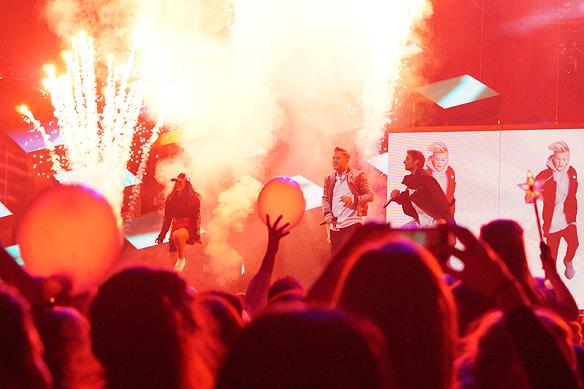 """Fyrverkerier, bomber och rök. De populära killarna Samir & Viktor dansade och rockade till sin låt """"Shuffla"""" som tog dem till final i Melodifestivalen. Här uppträder de med låten """"Shuffla"""" i Melodifestivalen i Scandinavium. Vilket drag! Foto: Peter Ahlborg"""
