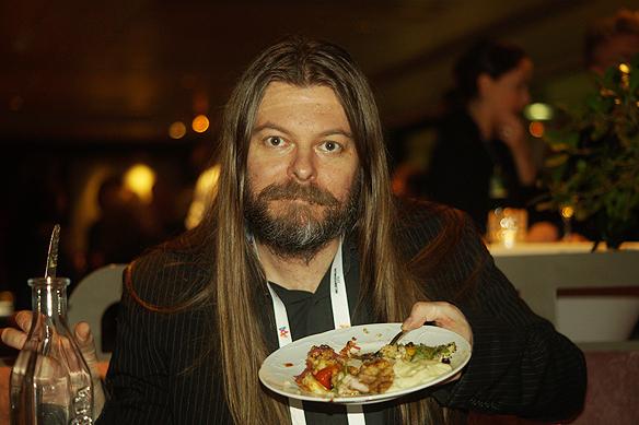 Peter Ahlborg njuter av den goa maten. Foto: Privat