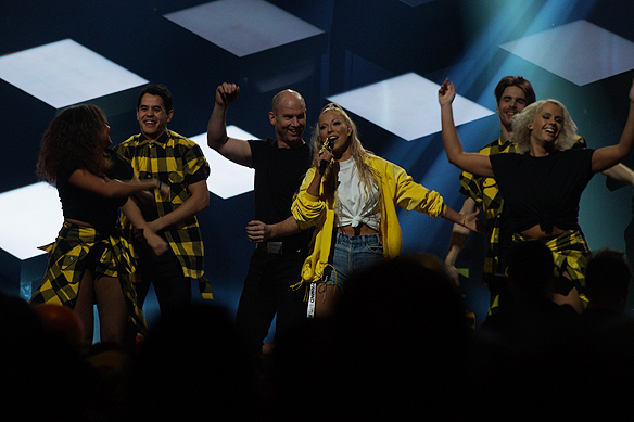 """Sigrid Bernson framför sin låt """"Patrick Swayze"""" i Melodifestivalens första deltävling från Karlstad. Och går vidare med låten till andra chansen. Foto: Peter Ahlborg"""