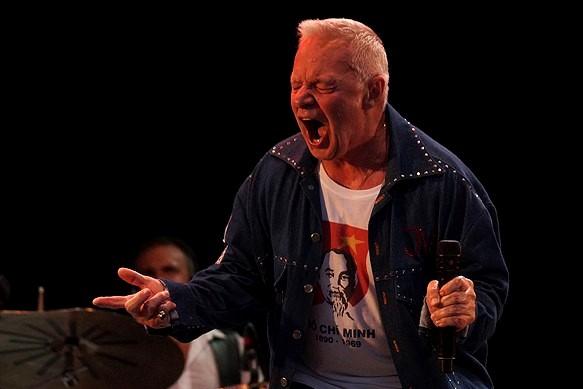 Jerry Williams ger järnet under konserten på Fallens dagar 2016 i Trollhättan. Foto: Peter Ahlborg