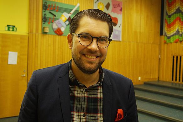 """Jimmie Åkesson besökte Vänersborg måndagen 5 mars 2018. Han besöker just nu alla län i Sverige inför valet 9 september 2018. """"Jag träffar, medlemmar, väljare, sympatisörer och sådana som inte sympatiserar med oss"""", säger Jimmie Åkesson. Foto: Peter Ahlborg"""