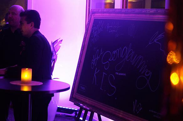 Många besökare skrev en hälsning på tavlan på Mellos efterfest i Göteborg. Foto: Peter Ahlborg