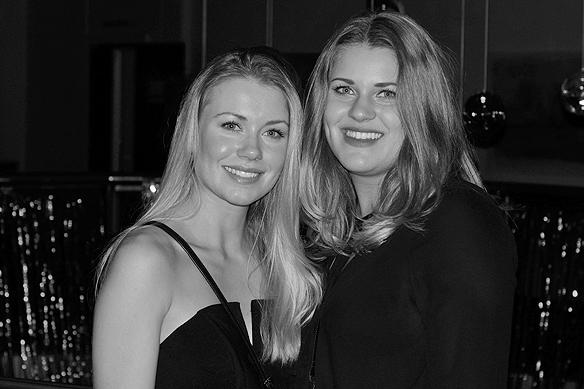 De två tjejerna Lisa Nystedt och Nora Landgren här på Mellos efterfest i Göteborg. De hänger med runt på Melodifestivalen och jobbar med sponsorerna och företräder Konsum. Foto: Peter Ahlborg
