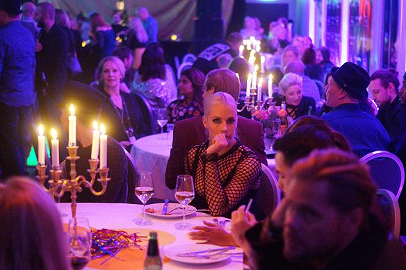 Stämningsfull belysning med levande ljus och många vackra människor som är festklädda mötte oss här på Mellos efterfest i Göteborg. Foto: Peter Ahlborg