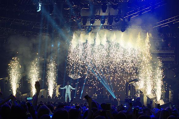 John Lundvik har gigantiska fyrverkerier över hela scenen inklusive ett jättelikt vattenfall av fyrverkerier. Foto: Peter Ahlborg
