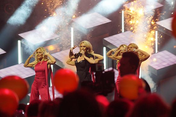 Jessica Andersson har glitterbomber på scenen under sitt nummer i Melodifestivalen 2018. Foto: Peter Ahlborg