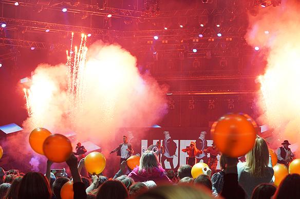 Samir & Viktor här med ett energiskt framträdande i Melodifestivalen 2018 i Friends Arena. De använder rök och fyrverkerier för att höja stämningen ytterligare. Foto: Peter Ahlborg