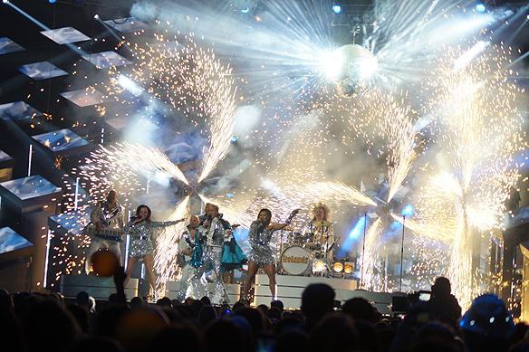 Hela scenen badar i gigantiska fyrverkerier under Rolandz framträdande i Melodifestivalen 2018.  Foto: Peter Ahlborg