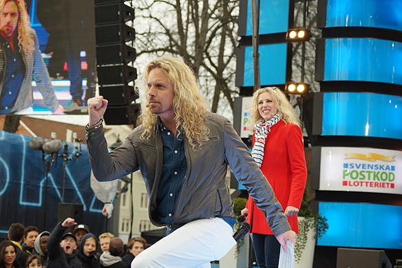 """""""Kicken"""" och Sandra Dahlberg på scenen i Vänersborg under TV-inspelningen av Postkodlotteriet. Foto: Peter Ahlborg"""