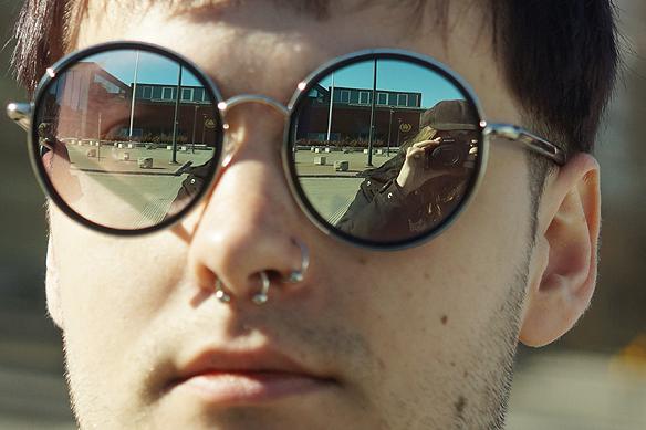 Härlig student från Chalmers som ställde upp på lite bilder och visade upp sina coola glasögon. Foto: Peter Ahlborg